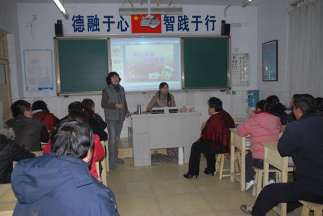 定期举办的家长课堂讲授亲子关系与家庭关系